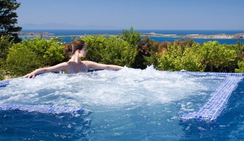 I Pacchetti Spa all'Yria Island Boutique Hotel resort a Paros includono una seduta Jacuzzi vista mare.