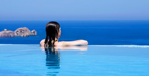 Piscina infinity vista mare della Villa Luxury all'Yria Island Boutique Hotel & Spa di Paros